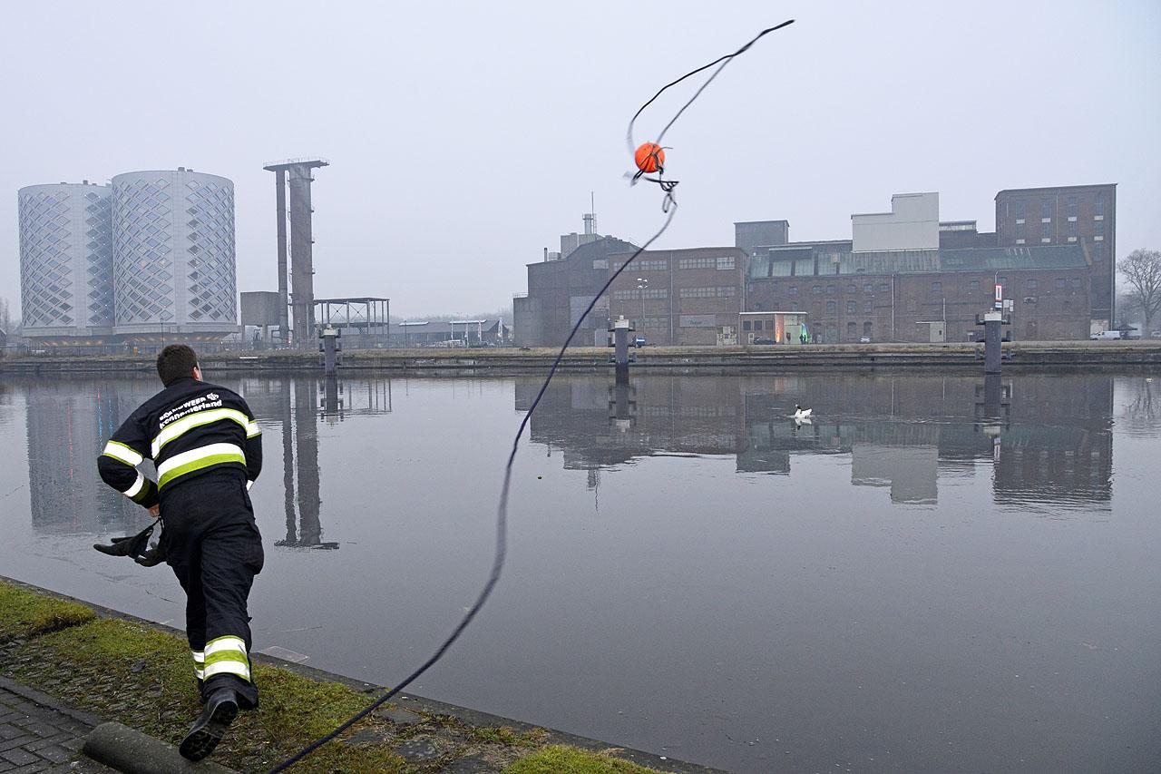 De brandweer helpt een gestrande gans © George Bakker / VRK